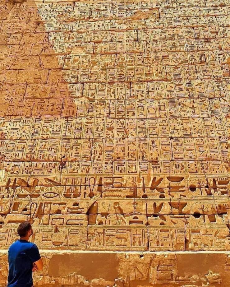 Hieróglifos escritos na parede do templo Habu, Egito