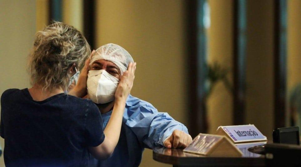 Enfermeiro abalado com as mortes em decorrência da falta de cilindros de oxigênio em Manaus.