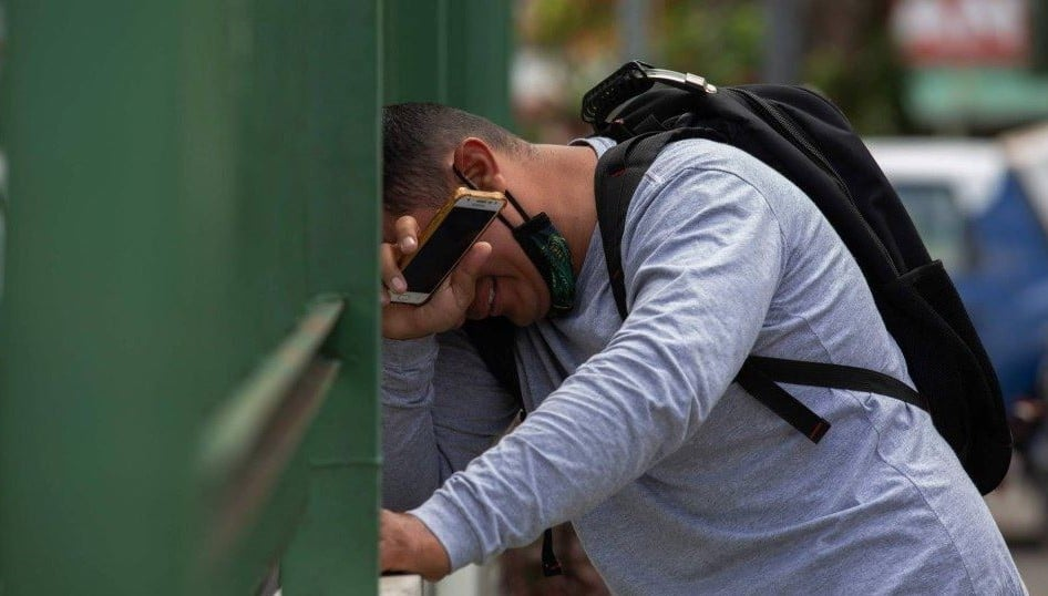 Homem recebendo informação sobre óbito de parente vítima do Covid-19, em Manaus