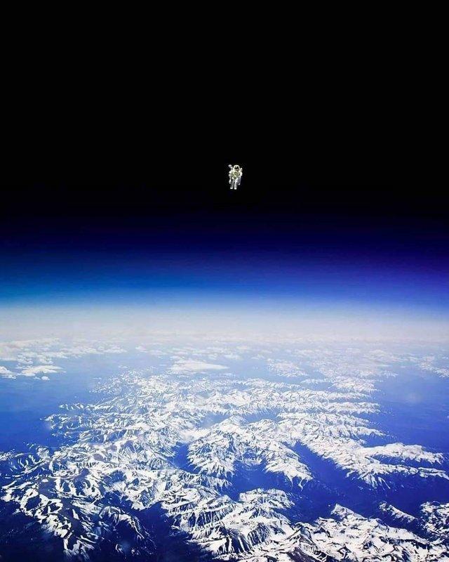 Astronauta Bruce McCandless flutua sem amarras, longe da segurança do ônibus espacial, com nada além de sua unidade de manobra tripulada. Ele foi a primeira pessoa na história a fazer isso