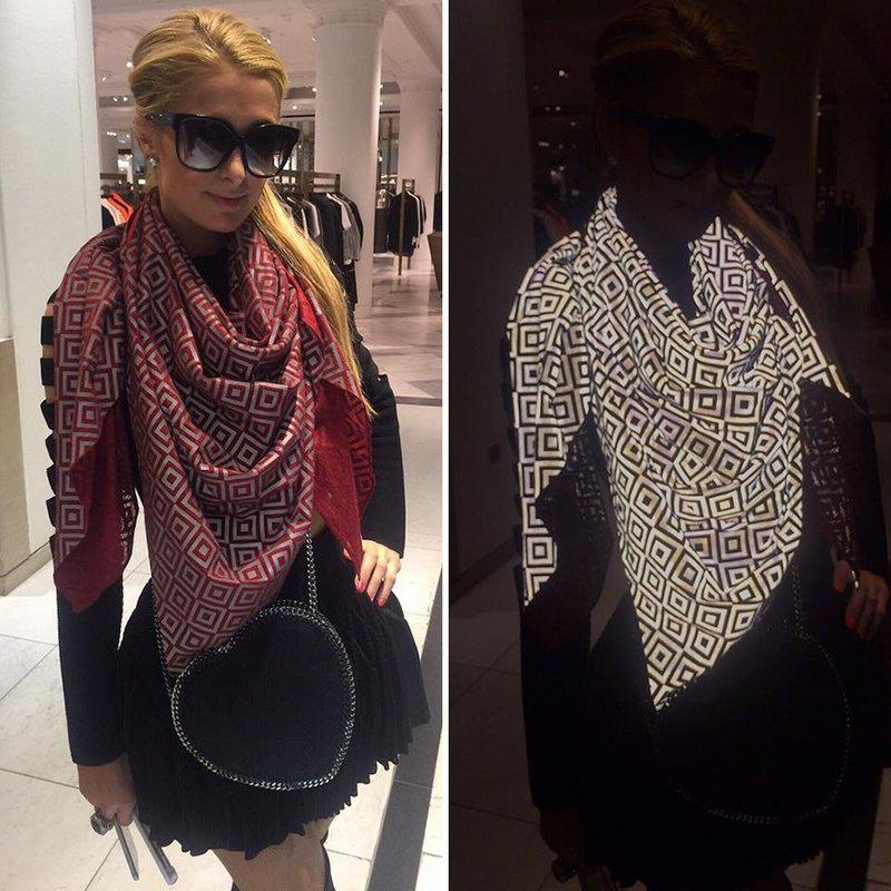 Paris Hilton usando uma echarpe antipaparazzi que destrói as fotos tiradas com flash ligado
