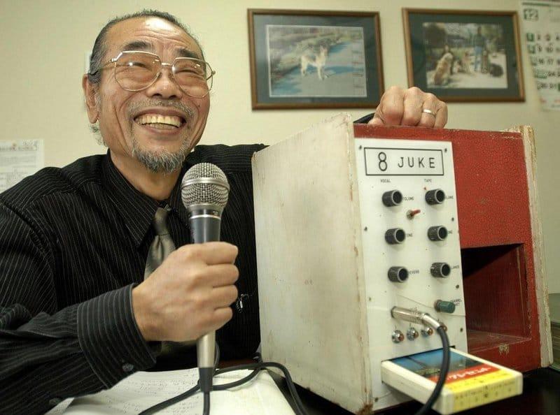 Daisuke Inoue, inventor do karaokê. Ele optou por não patentear a máquina porque queria