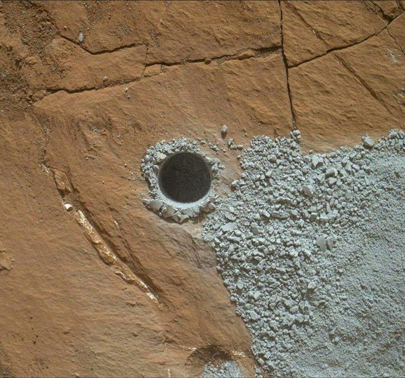 Buraco feito pela Curiosity em Marte. Graças a ele, os cientistas descobriram alta concentração de silício, o que indica ambientes com água