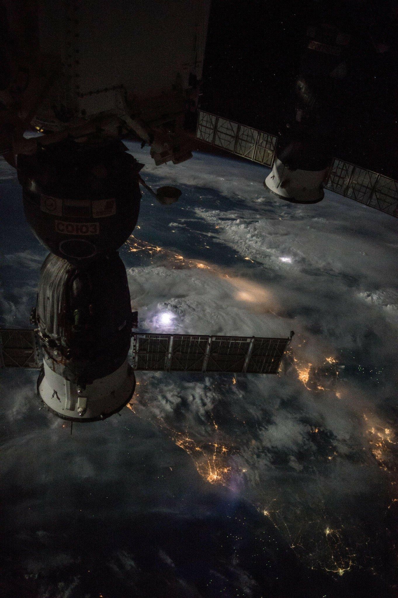 Foto tirada da Estação Espacial Internacional sobrevoando tempestades