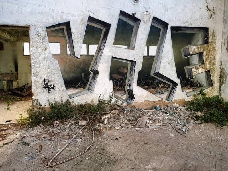 Apenas a porta é real, o restante é grafite criado pelo português Rodrigo Miguel Nunes, conhecido como Vile