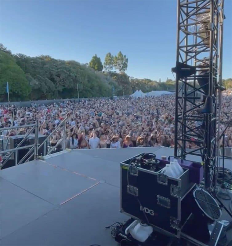 Sem registro de casos de transmissão comunitária de Covid-19, a Nova Zelândia promovou festival com 20 mil pessoas sem máscaras ou distanciamento social. Isso só foi possível porque o país foi um dos primeiros a fechar as fronteiras e adotar um severo lockdown
