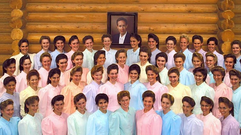 O líder funtamentalista mórmon e autoproclamado profeta Warren Jeffs foi listado como um dos mais procurados pelo FBI por forçar menores a se casar com ele. Ao todo ele teve 70 esposas, um terço delas eram crianças
