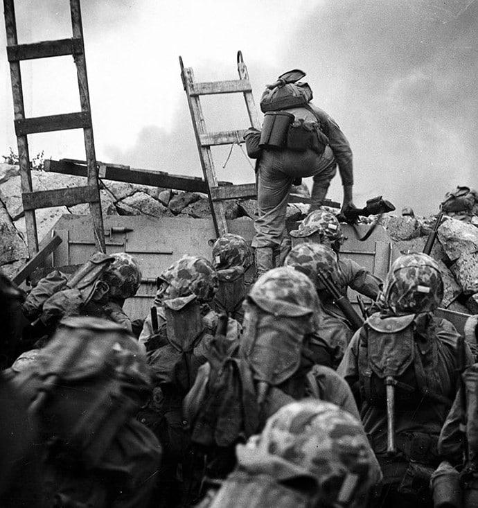 Fuzileiros navais dos EUA, liderados pelo primeiro-tenente Baldomero Lopez, chegando em Incheon. Ele foi morto enquanto cobria uma granada ativa com seu corpo, sendo condecorado postumamente com a medalha de honra, em 1950