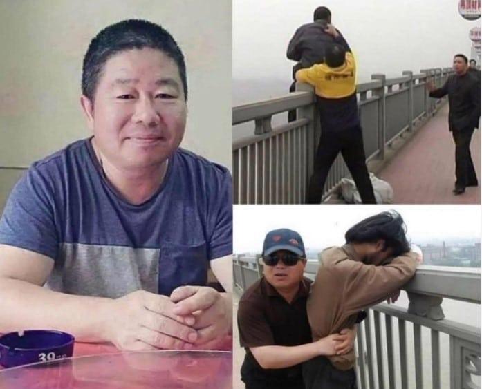 Este é Chen Si. Ele fica todo fim de semana na ponte do rio Nanjing Yangtze, que abriga a maior taxa de suicídio do mundo. Sua intenção é impedir que as pessoas pulem. Durante sua vida, já salvou mais de 321 pessoas