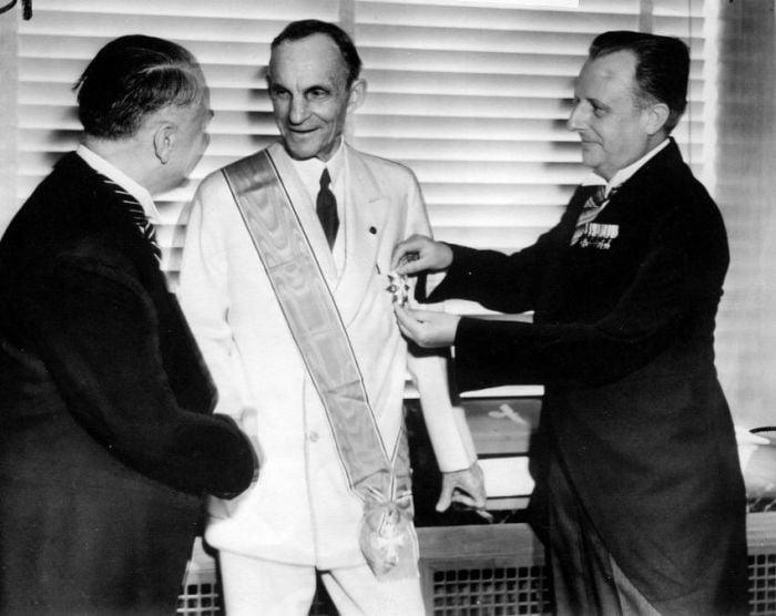 Henry Ford recebendo a Grã-Cruz da Águia Alemã de autoridades nazistas, 1938