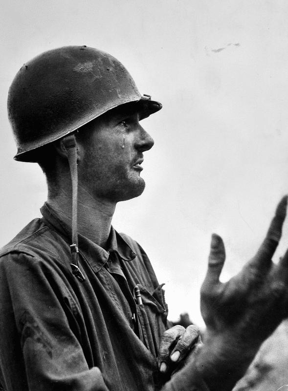Cabo Leonard Hayworth, de 22 anos, chora durante Guerra da Coréia após ficar sem munição e perder a maioria de seus colegas em 1950. Mais tarde, ele foi morto em combate
