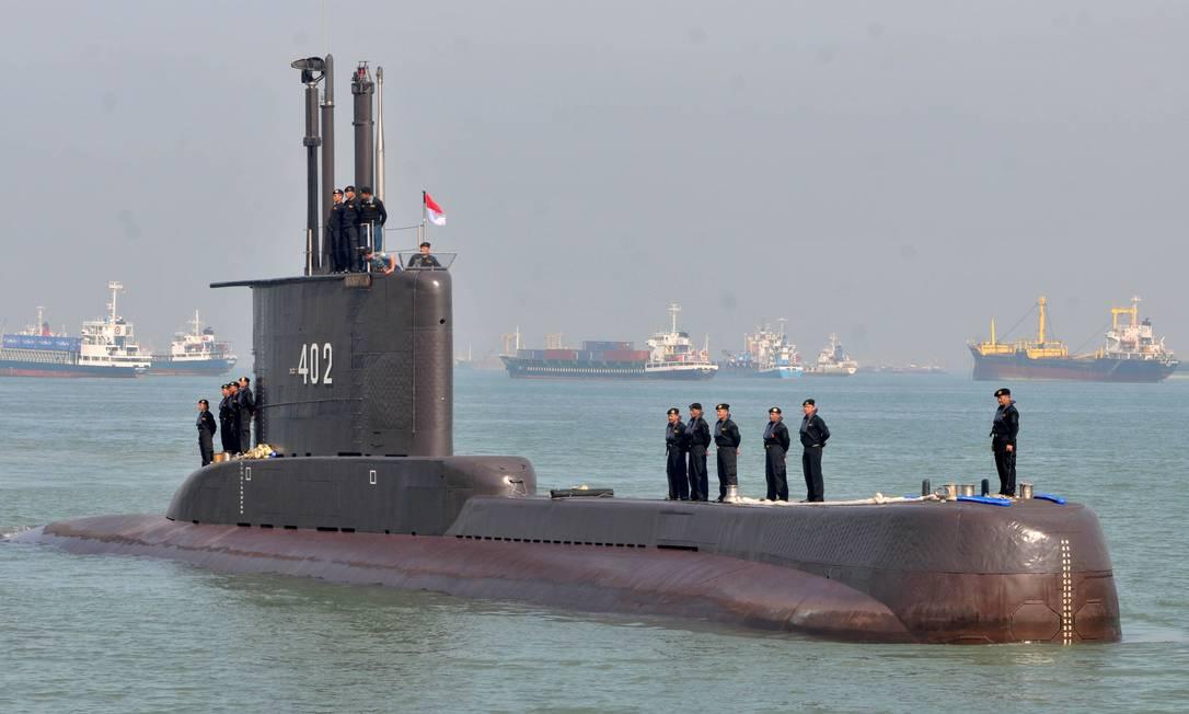Foto de arquivo do submarino NRI Nanggala-402, que afundou na costa de Bali, matando 53 pessoas. De acordo com as autoridades indonésias, o submarino, fabricado há 40 anos, teria afundado a cerca de 700 metros, profundidade bem maior do que poderia suportar, de até 500 metros.