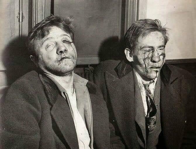 Dois assassinos de policias fotografados após interrogatórios, década de 1920