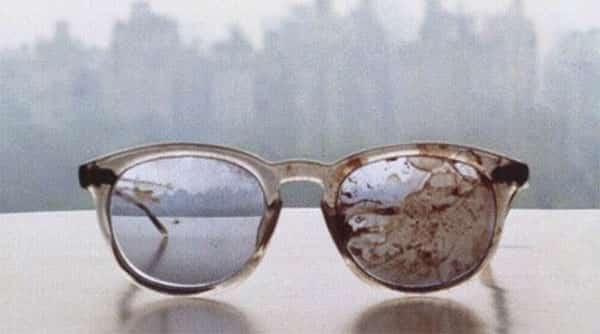 Óculos de John Lennon depois de seu assassinato. Esta foto foi postada por Yoko Ono no seu Twitter