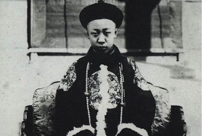 Pu Yi, último imperador da Dinastia Qing e ex-chefe de estado durante a Segunda Guerra Mundial. Ele tinha apenas dois anos quando seu tio, o imperador Guangxu, morreu envenenado por arsênico, em 14 de novembro de 1908. Em 2 de dezembro de 1908, ele foi formalmente declarado imperador, mas não gostou da cerimônia e acabou chorando. Porém, nada mudou.