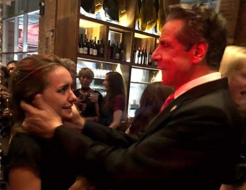Governador de Nova York, Andrew Cuomo, foi acusado de assédio sexual. Anna Ruch disse que ele colocou as mãos no seu rosto em uma festa de casamento e perguntou se poderia beijá-la. Momentos depois, ela disse que ele colocou a mão na parte inferior das suas coxas.