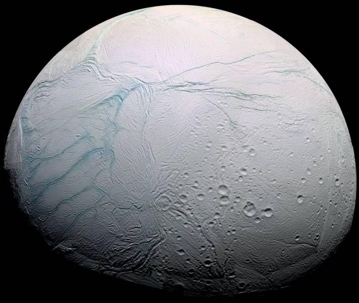 Lua gelada de Saturno, chama-se Encélado.
