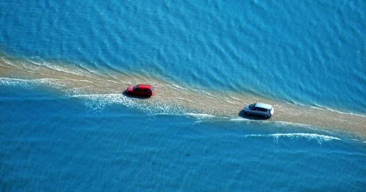 Passage Du Gois, estrada francesa que só pode ser transitável durante a maré baixa, ficando inundada pela água do mar duaz vezes por dia durante a maré cheia