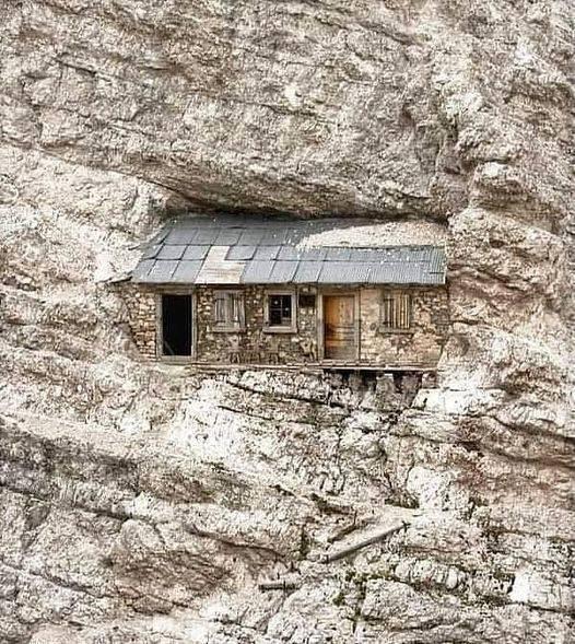 Abrigo alpino em Monte Cristallo, Auronzo di Cadore - Itália, localizado a 2760 metros