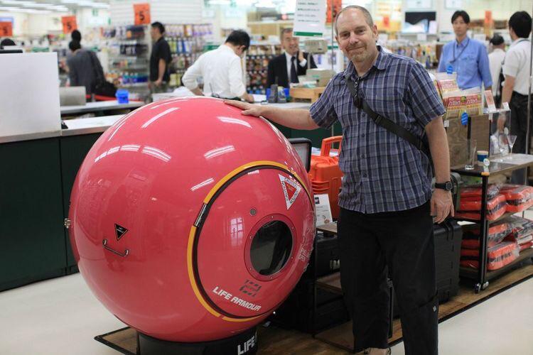 Cápsula de evacuação para tsunami à venda no Japão. Ela destina-se a proteger seus ocupantes de afogamento ou esmagamento por detritos em caso de ondas gigantes