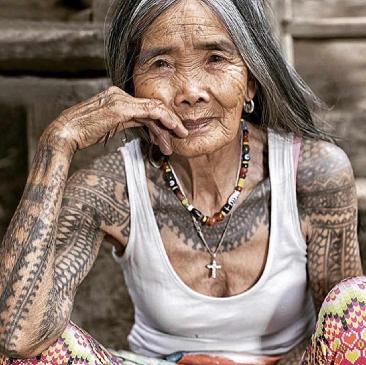 Whang-od Oggay, tatuadora filipina de 103 anos. Ela é a única tatuadora tradicional Kalinga remanescente. Você não escolhe uma tatuagem, ela é quem decide se você é digno e depois faz a tatuagem que ela quer