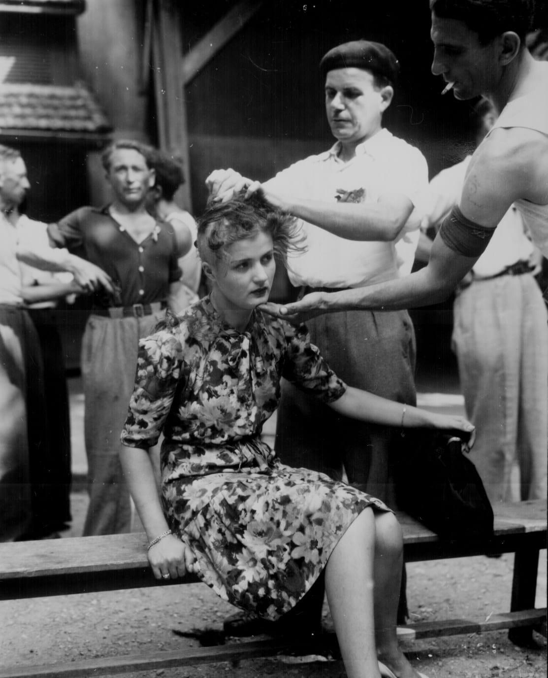 Mulher é humilhada por ter tido relações pessoais com alemães. Civis franceses raspam sua cabeça como punição. Acredita-se que seria uma prostituta que atendia alemães, algo condenável após a libertação da França - agosto de 1944