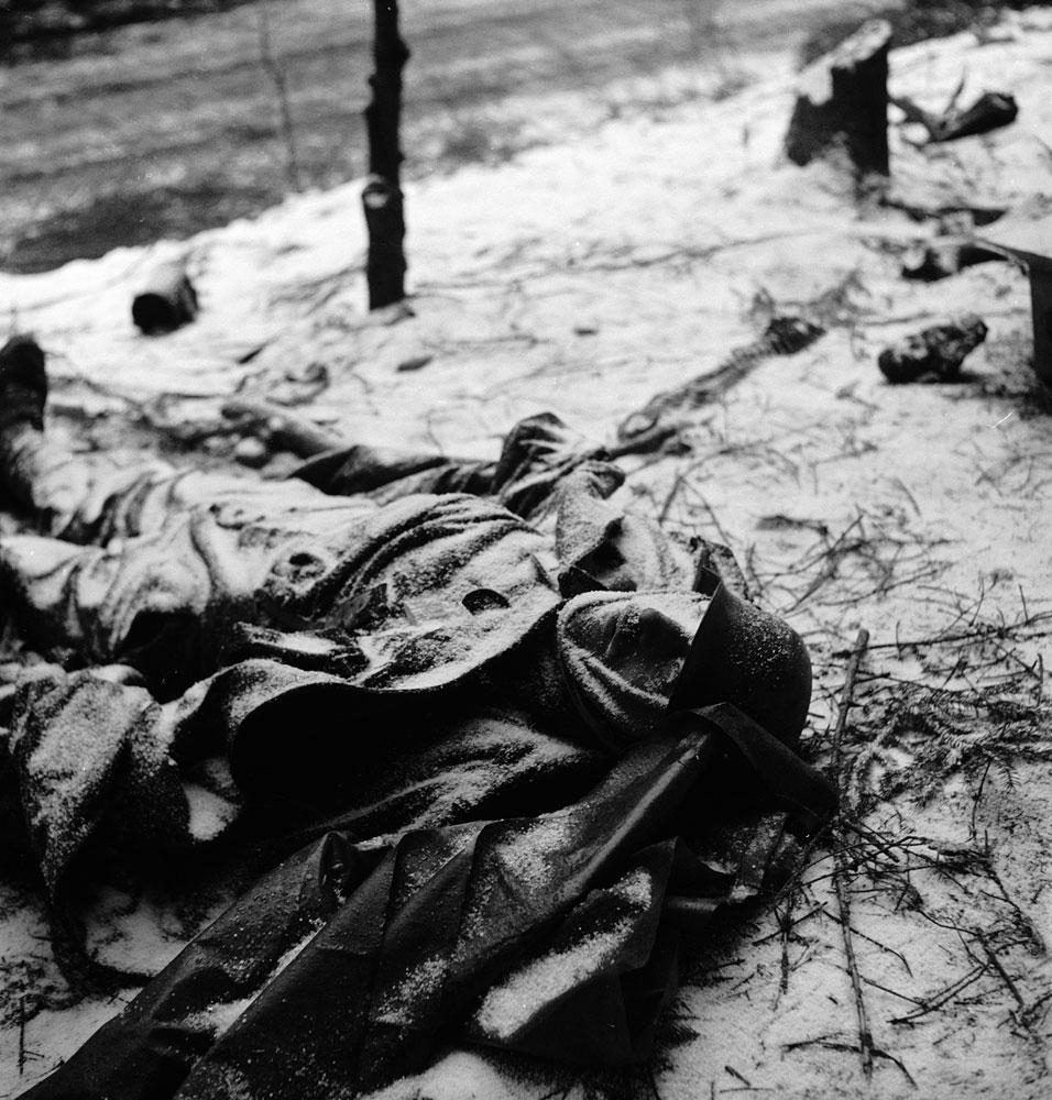 Cadáver congelado de soldado alemão morto durante a Batalha de Bulge - 1944
