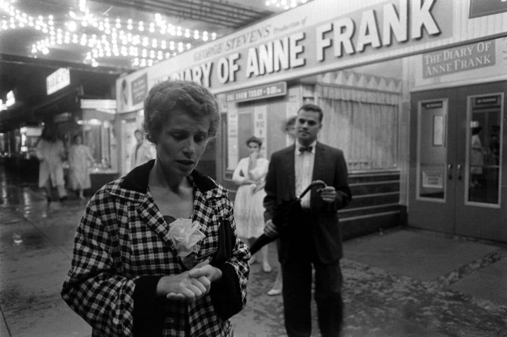 Barbara Ledermann, amiga de infância de Anne Frank, do lado de fora de um cinema que exibia o filme