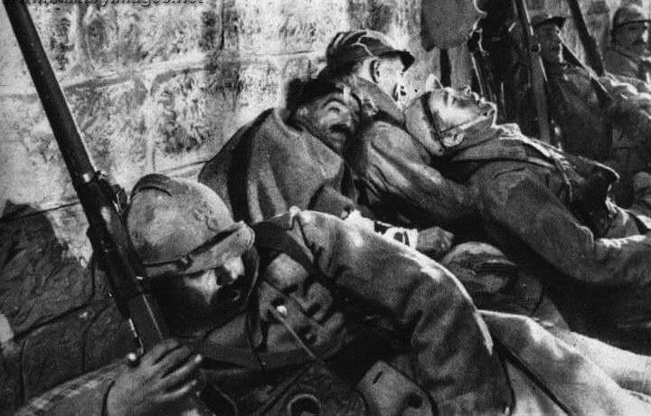 Soldados franceses exaustos descansam dentro do Forte Vaux durante Batalha de Verdun- maior e mais longa batalha da Primeira Guerra Mundial, colocando franceses e alemães frente a frente, 1916