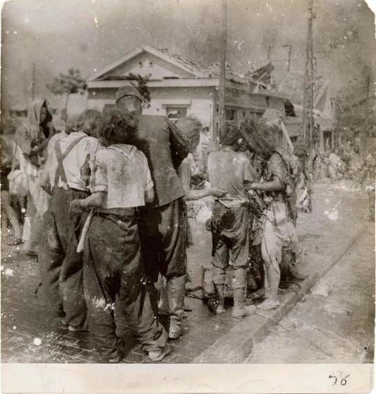 Sobreviventes atordoados se amontoam em uma rua, 10 minutos depois que a bomba atômica foi lançada sobre a cidade de Hiroshima - 6 de agosto de 1945