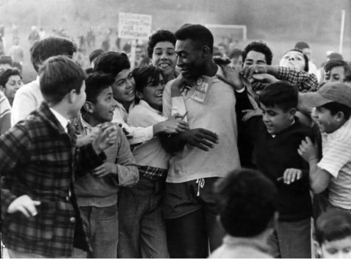 Pelé cercado de fãs chilenos após treino da Seleção Brasileira para Copa de 1962