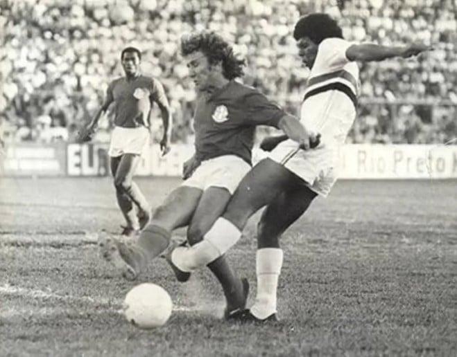 Mirandinha, jogador do São Paulo, quebra tíbia e fíbula em dividida com Baldini, do América-SP. O atacante demorou dois anos para se recuperar e voltar a jogar - 1974