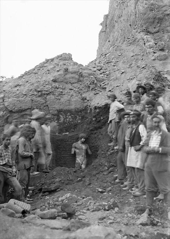 Descoberta da estátua de Antínous em Delfos, em 1894