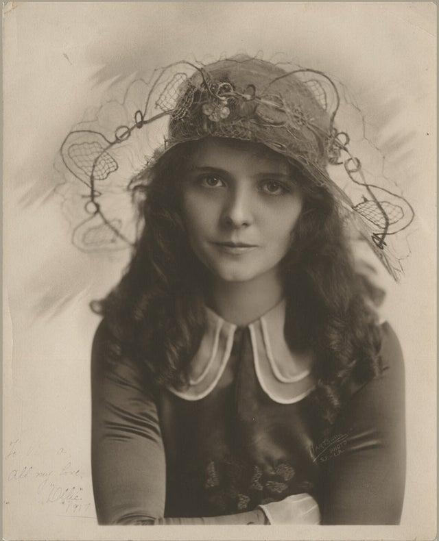 A atriz de cinema mudo Olive Thomas (1917), antes de ser envenenada apareceu em mais de 20 filmes ao longo da sua carreira cinematográfica de 4 anos