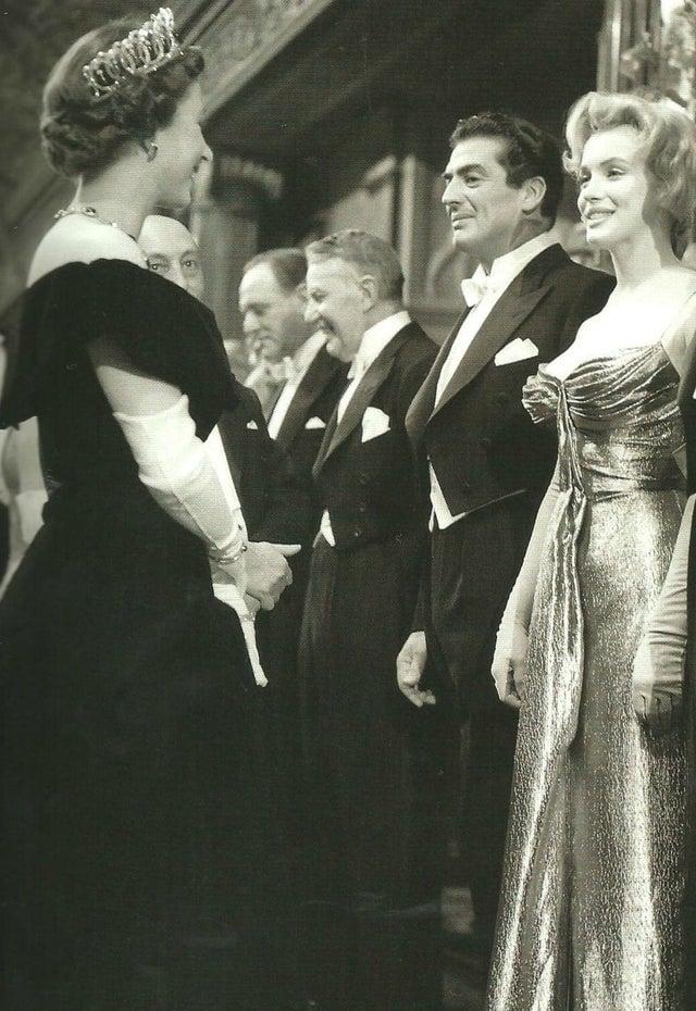 Rainha Elizabeth encontrando Marilyn Monroe na estreia de um filme em Londres, 1956