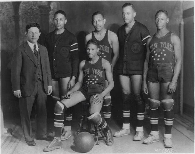 Harlem Globetrotters no final dos anos 1920. Atualmente a equipe ainda detém 24 recordes mundiais do Guinness, como cesta mais distante sob as pernas, arremesso de basquete mais longo, cesta por trás das costas mais distante, entre outros
