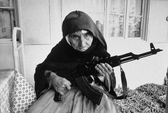 Mulher armênia de 106 anos protegendo sua casa com um AKM, em 1990