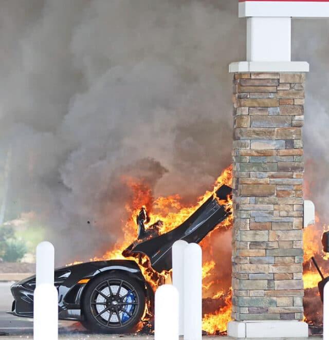 Apenas uma McLaren 765LT, MSRP, de 299 mil dólares pegando fogo