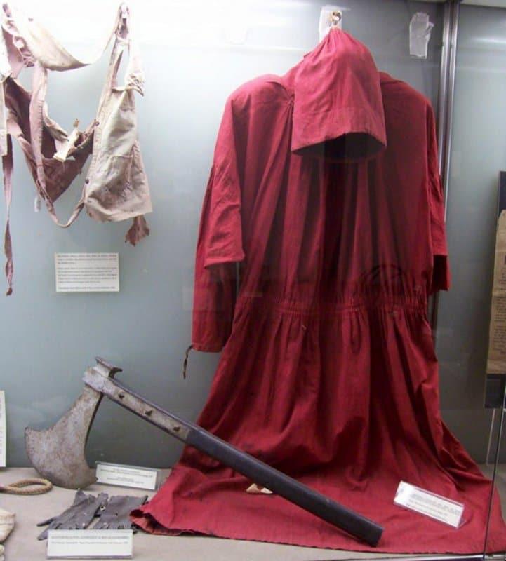 Roupas e machado originais pertencentes a Mastro Titta, o carrasco mais famoso de Roma, responsável por 514 execuções, todas registradas em seu bloco pessoal de anotações