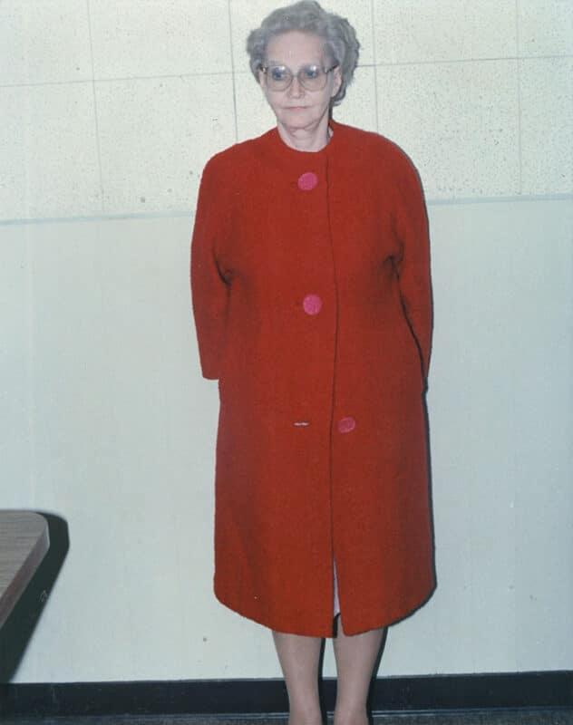 Dorothea Puente administrava uma casa de recuperação em Sacramento, EUA, para pessoas de baixa renda. Ela assassinou 7 dos residentes e os enterrou no jardim da frente. Ela foi levada a julgamento em 1992 e foi condenada a prisão perpétua, sem possibilidade de recorrer da pena. Ela morreu em 2011 de causas naturais