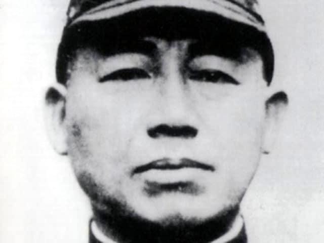 Após a Segunda Guerra Mundial, o almirante japonês que criou a ideia de pilotos kamikaze cometeu suicídio ritual como pedido de desculpas. Depois de cortar seu abdômen, ele recusou a decapitação costumeira, em vez disso, morreu lentamente ao longo de várias horas. Sua nota de suicídio pedia desculpas aos cerca de 4 mil pilotos que ele havia enviado para a morte e exortava todos os jovens civis que sobreviveram à guerra a trabalharem pela reconstrução do Japão e pela paz entre as nações