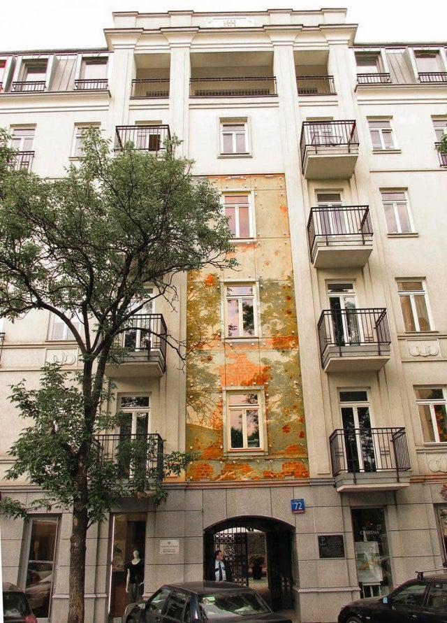 Os tiros e fragmentos da fachada deste prédio em Varsóvia, Polônia, foram deixados em seu estado original desde a Segunda Guerra Mundial e protegidos com vidro blindado. Entenderam que preservar o passado era importante para a história