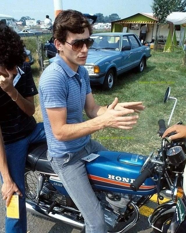 Ayrton Senna, dando um passeio de moto em 1983