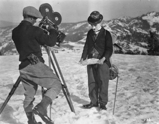 Charlie Chaplin filmando