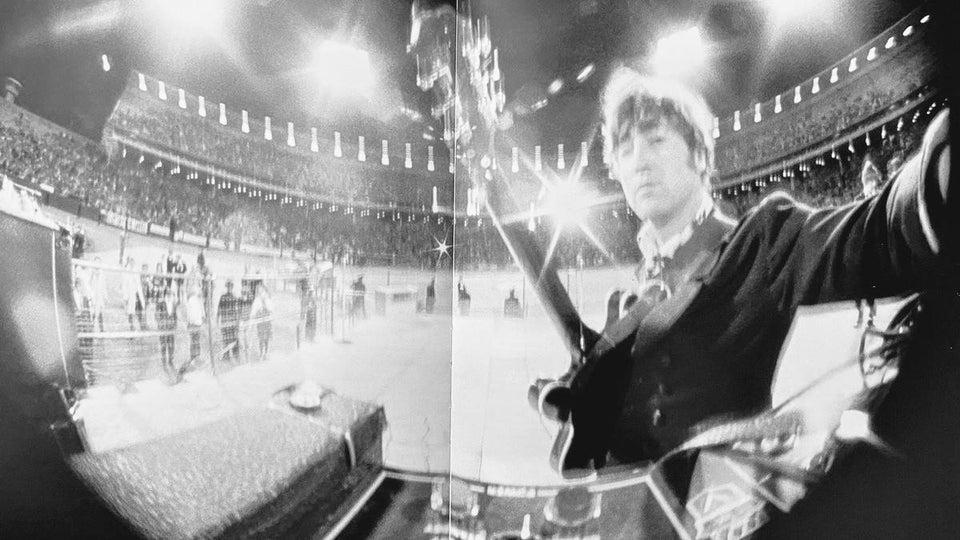 Selfie de John Lennon no Candlestick Park, em 29 de agosto de 1966, no último show com bilheteria que os Beatles fizeram.