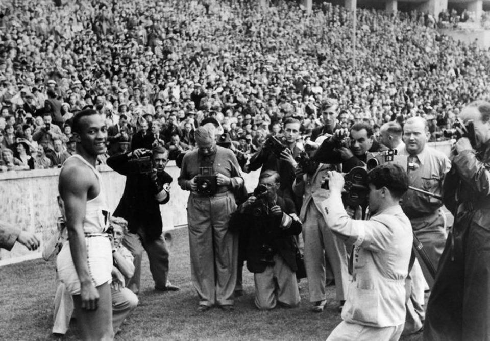 Jesse Owens após estabelecer um novo recorde mundial diante da Alemanha nazista, nos Jogos Olímpicos de Berlim, em 1936