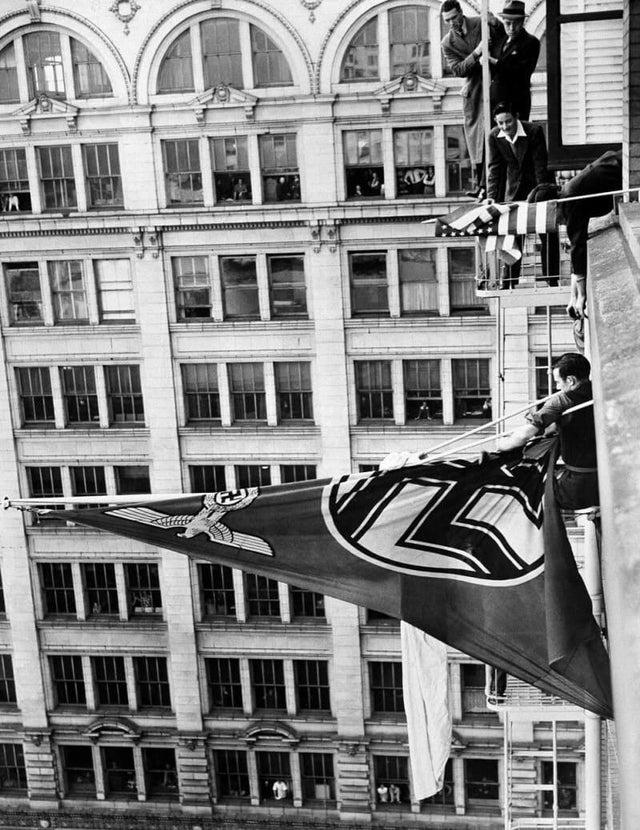 Jovens retiram bandeira com suástica alemã do mastro do consulado alemão em San Francisco, em 19 de janeiro de 1941