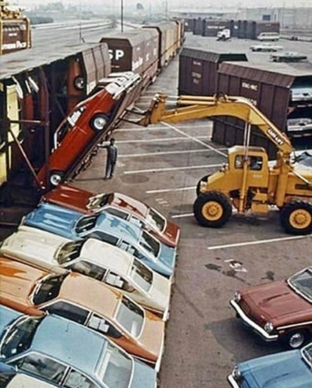 Chevrolet Vega sendo carregados em vagão especialmente projetado para transportar 30 veículos verticalmente - 1971.