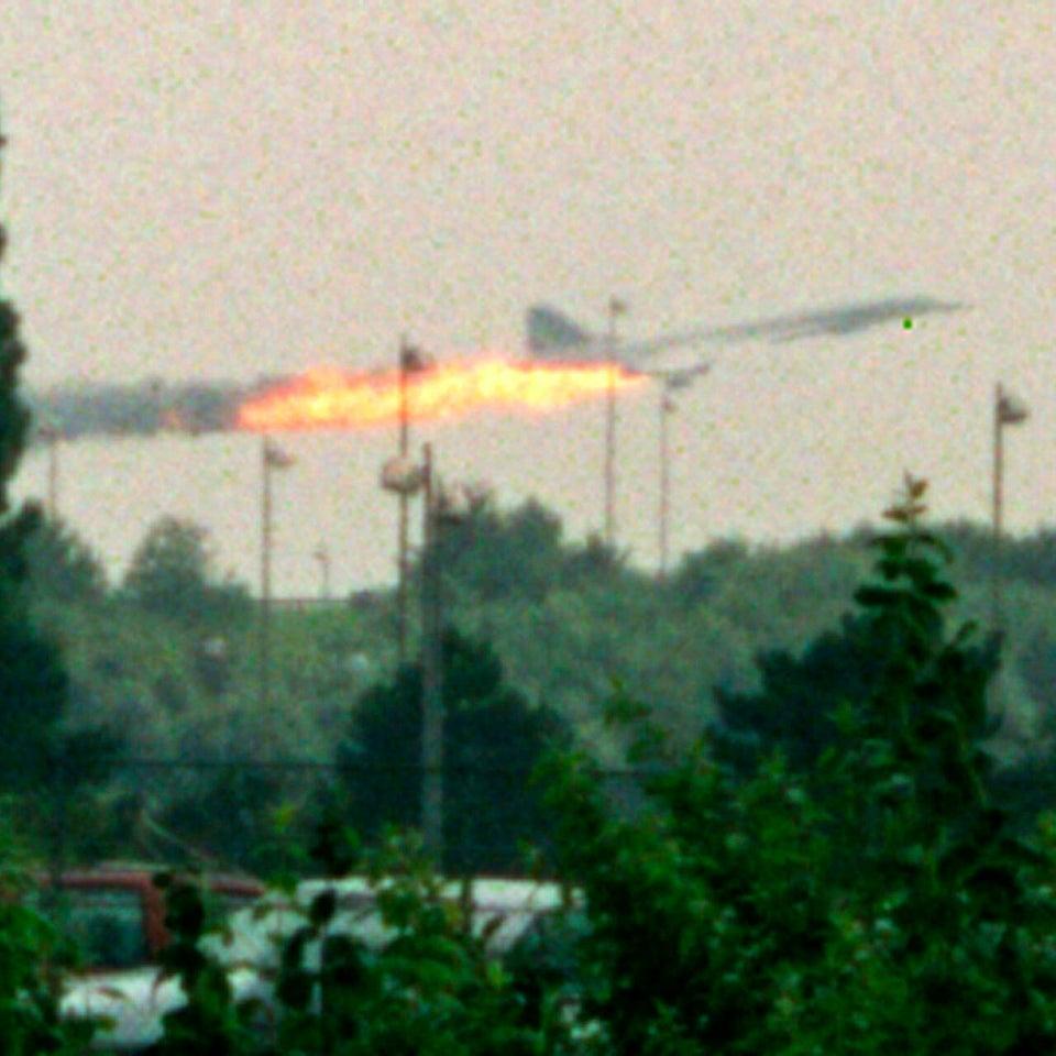 Voo 4590, da Air France, deixando grande rastro de combustível queimado de seu tanque rompido sob a asa esquerda. Destroços de um pneu estourado de outra aeronave atingiram a parte inferior do avião supersónico de passageiros, que saía do Aeroporto Charles de Gaulle, em Paris. A queda deixou 113 mortos, sendo quatro pessoas que estavam em solo