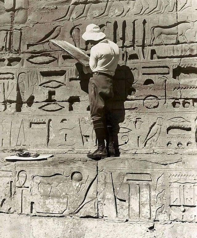 Arqueólogo alemão tentando decifrar os hieróglifos do Templo Mortuário de Ramsés III, conhecido como Medinet Habu. Ele reinou de 1187 - 1156 a.C. Foto do ano de 1927